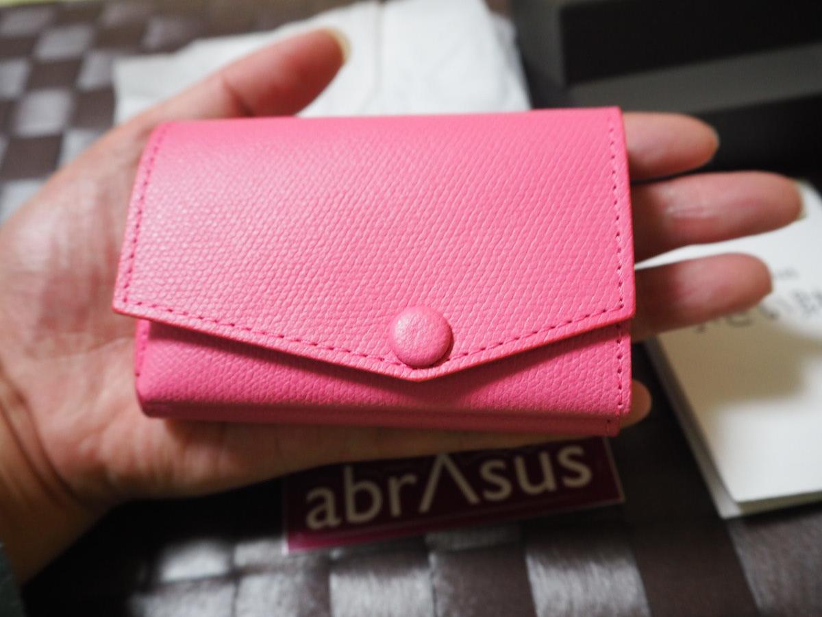 f7c797bc8bbe 2色あるうちの「シュガーピンク」は濃いめピンクで、大人っぽくて素敵な色合いと質感です。 手の中におさまるサイズ感でとても小さいです。